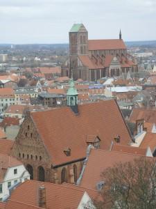 Nikolaikirche, im Vordergrund: Heiliggeistkirche